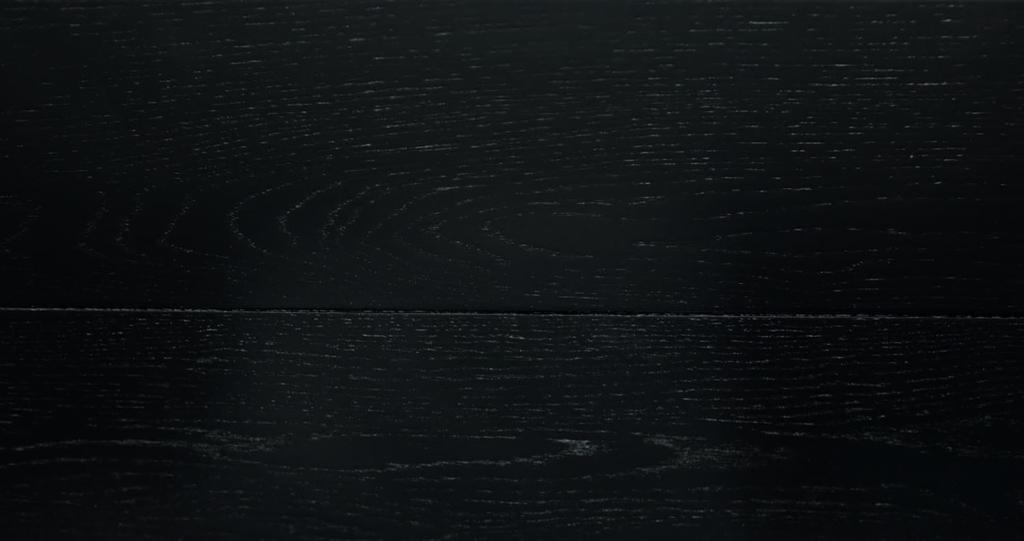 """Di solito i pori vengono """"turati"""" con speciali resine in modo da essere invisibili o comunque coperte. Nella lavorazione a poro aperto vengono non solo lasciati intatti ma messi in evidenza. Di solito questo avviene con legni duri come il ciliegio, il frassino, il castagno o il rovere che hanno, tipicamente, sempre il poro molto visibile."""