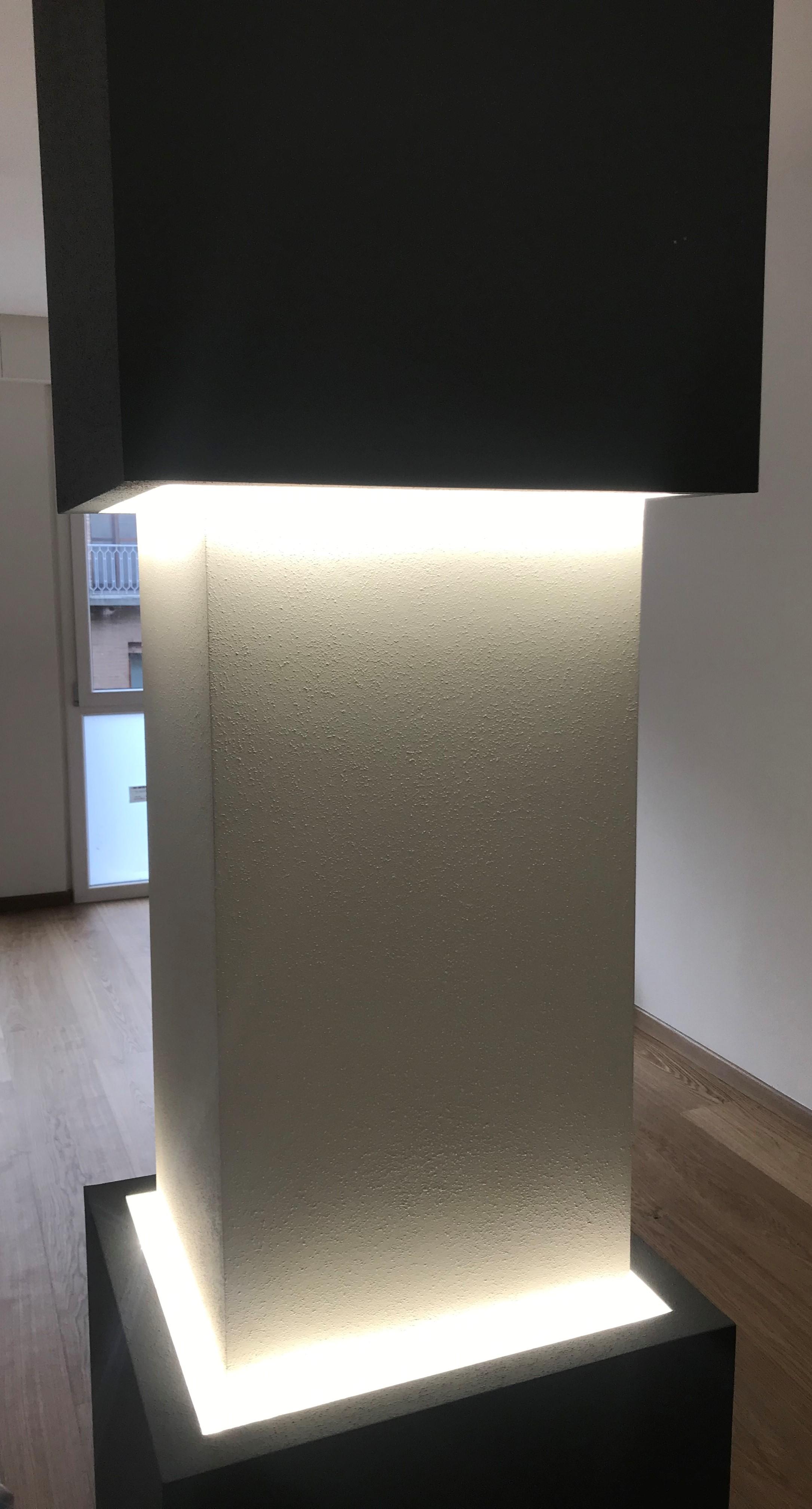 Colonna rivestita e illuminata. Questo è, forse, una dei modi migliori per valorizzare una colonna che, di solito, viene vista come un problema all'interno di un ambiente. In questo caso un semplice rivestimento con un tocco di luce ha creato un effetto di design spettacolare.
