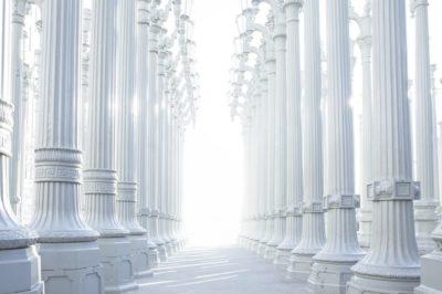 Se guardassimo nella storia della tecnica costrutturia ci accorgeremmo subito che le colonne sono state sin dagli albori dell'edilizia uno strumento essenziale per la solidità strutturale. Ovviamente, inizialmente, non si badava molto al design e alla bellezza, la praticità e la solidità erano più importanti.  Con il passare del tempo però le decorazioni sulle colonne cominciarono a comparire e queste divennero sempre più complesse e sempre più raffinate. Ma ora veniamo ai nostri tempi. Purtroppo a volte le colonne (o la colonna) all'interno di un appartamento vengono vengono viste come un elemento che sminuisce il valore della casa in quanto è irremovibile e molte volte rovina l'armonia interna dell'ambiente. Oggi Carry Shop vi vuole mostrare come, con qualche tocco di stile, le colonne possono valorizzare il vostro appartamento e creare armonia e fascino per il vostro ambiente abitativo.